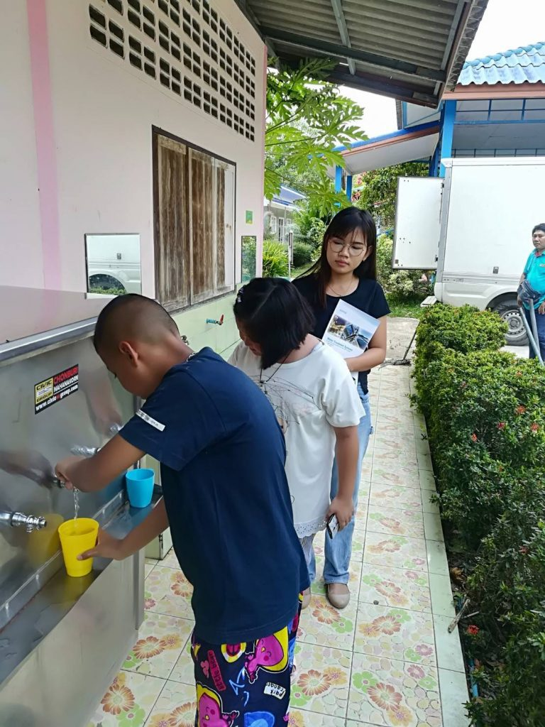 Học sinh lấy nước uống tại khay lấy nước tập trung ở Trường học