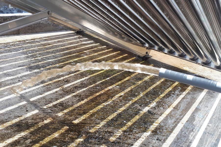 Nước xả ra từ bồn chứa từ sân thượng xuống cấp nước cho tắm, giặt, nấu ăn thấy rõ màu vàng nhạt